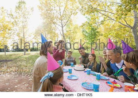 Heureux par la possibilité de célébrer l'anniversaire des filles dans le parc en automne Banque D'Images