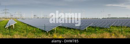 Champs de panneaux solaires et éoliennes près de Berlin Banque D'Images