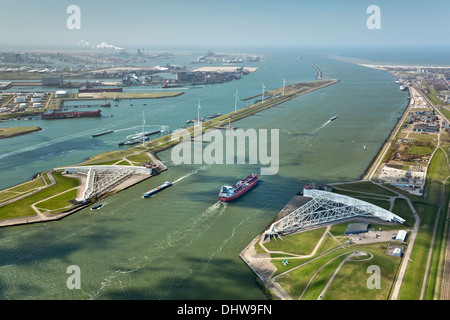 Hollande, Rotterdam, Port. Maeslant barrier, Maeslantkering. Delta eidersperrwerk fonctionne. L'entreposage de produits Banque D'Images