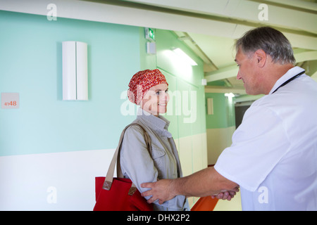 Femme à l'HÔPITAL CANCÉREUSES Banque D'Images