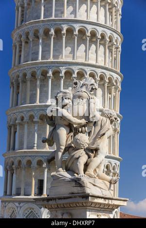 OPA statue sur la Piazza dei Miracoli avec la tour penchée de Pise, Italie Banque D'Images