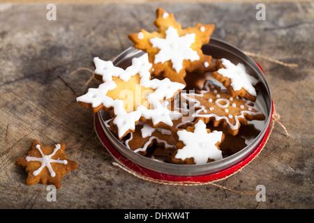 Les biscuits de Noël avec du glaçage Banque D'Images