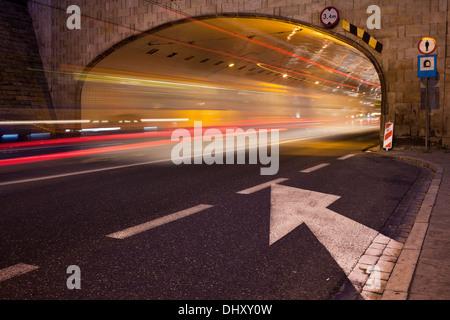 Le trafic de nuit tout en légèreté sur un tunnel sous la rue dans le centre-ville de Varsovie, Pologne.