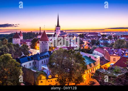 L'aube à Tallinn, Estonie à la vieille ville. Banque D'Images