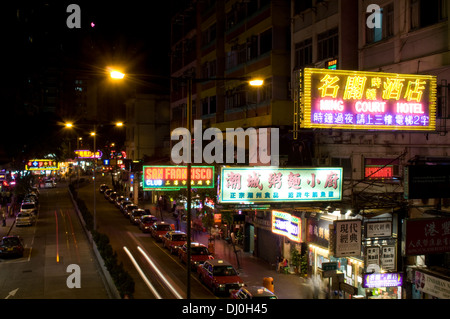 Une file de taxis pour les clients en dehors des clubs et hôtels à Lockhart Road, Wan Chai District de l'île de Hong Kong at night Banque D'Images