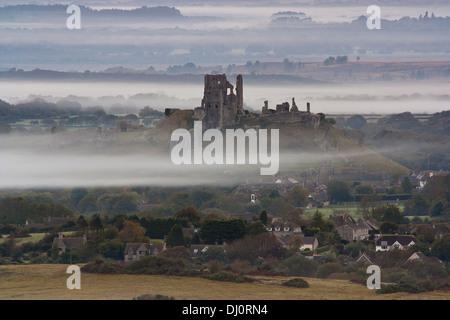 Distance de vue château de Corfe et Corfe village au lever du soleil Banque D'Images