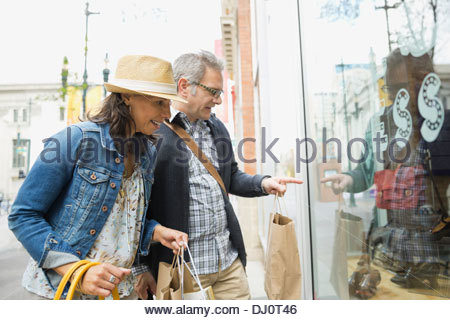 Couple window shopping together Banque D'Images