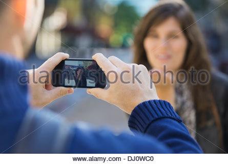 Photo montrant l'homme de woman blowing kiss on smart phone Banque D'Images