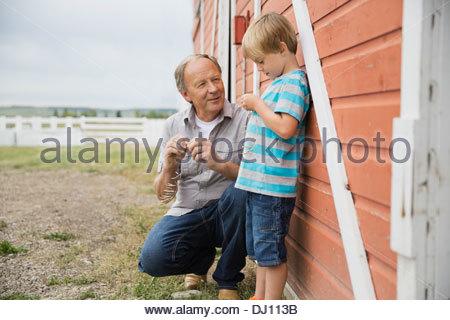 Grand-père et petit-fils de passer du temps ensemble à l'extérieur Banque D'Images