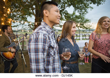Groupe d'amis enjoying outdoor dinner party Banque D'Images