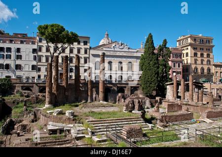 Vestiges de temples romains républicaine et Pompey's Theatre, et le théâtre de l'Argentine au-delà, Largo di Torre Banque D'Images