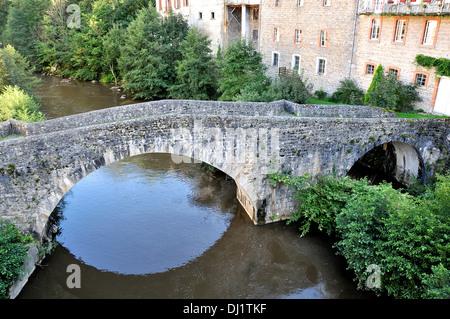 Vieux pont sur le Dore, Olliergues , Parc naturel régional, Livradois-Forez, Puy-de-Dôme Auvergne Massif-Centre de France