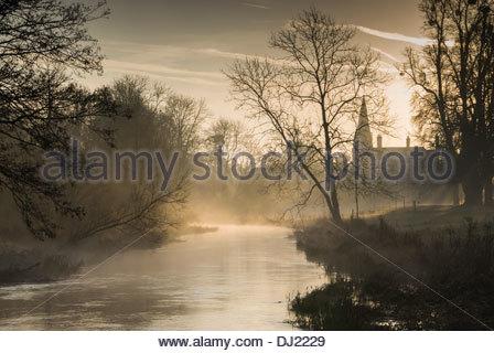 La brume s'élève de la rivière Lambourn qui passe les motifs de Welford Park, Newbury, Berks, UK Banque D'Images