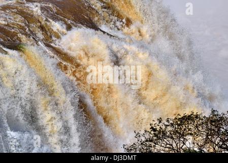 Le Brésil, le Parc National d'Iguaçu: Roaring eaux des chutes d'Iguaçu après de fortes chutes de pluie Banque D'Images