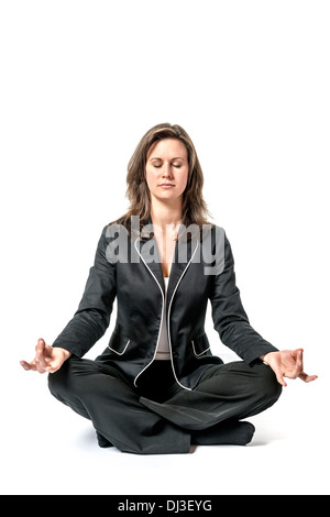 Business Woman in Black suit effectue un exercice de yoga sur fond blanc Banque D'Images