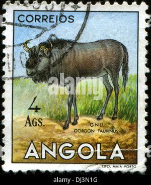 ANGOLA - VERS 1953: un timbre imprimé en Angola à partir de la 'question' faune angolais montre gnu - gorgone taurinus, Banque D'Images
