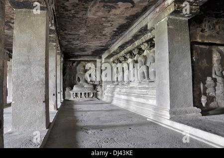 Cave 12: Sept Bouddhas méditant - Deuxième étage. Les grottes d'Ellora, Aurangabad, Maharashtra, Inde Banque D'Images