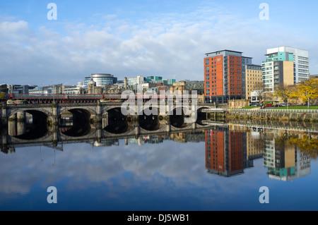 Vue ouest sur la rivière Clyde à Broomielaw, Glasgow, Ecosse, Grande Bretagne Banque D'Images