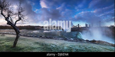 Niagara Falls lever du soleil avec l'automne matin givre couvrant l'herbe et l'arbre. Paysage panoramique spectaculaire Banque D'Images