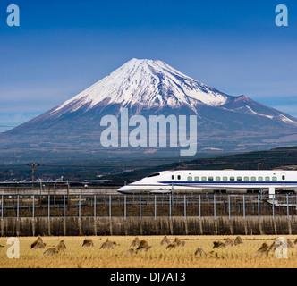 Bullet train passe au-dessous de Mt. Fuji au Japon Banque D'Images