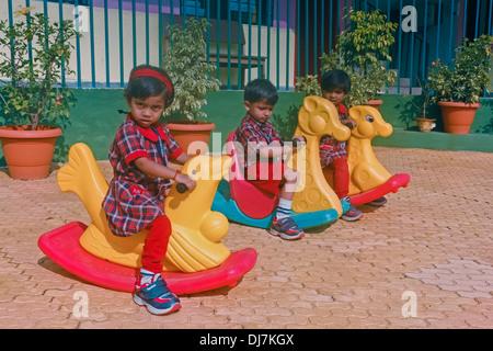 Enfants jouant dans la cour de l'école, l'école aaryan, Pune, Maharashtra, Inde Banque D'Images