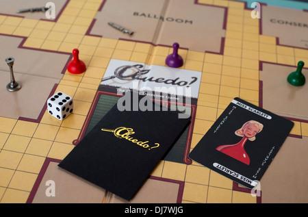 Gros plan de l'échiquier et les pièces du jeu de société Cluedo