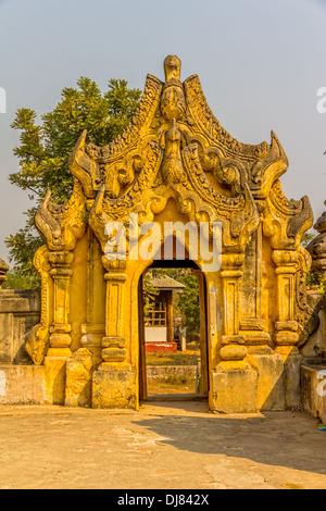 La Maha Aungmye Bonzan Monastery, détail d'entrée bien connu comme moi nu dans Innwa Chêne Kyaung, Mandalay, Myanmar. Banque D'Images