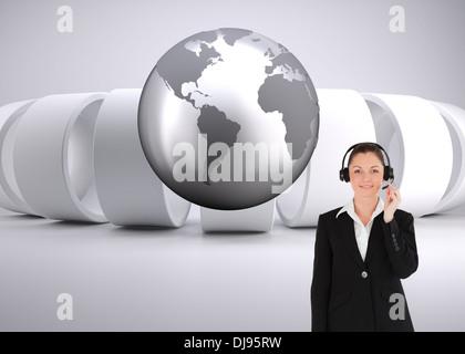 Image composite de bonne à la femme en fonction de l'utilisation des écouteurs et posing Banque D'Images