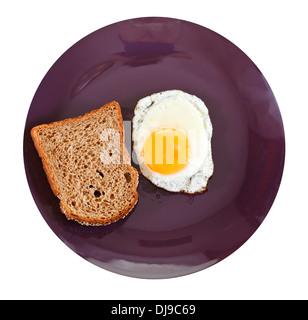 Vue du dessus de l'œuf frit et pain de seigle grillé sur plaque isolé sur fond blanc Banque D'Images