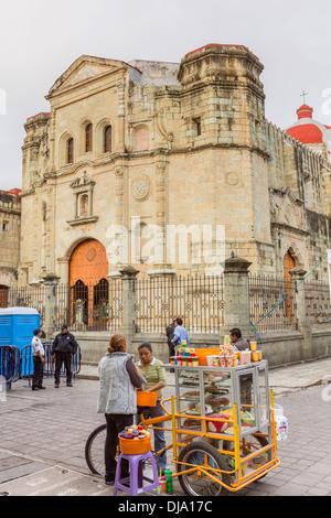 La vente du vendeur de sucreries devant le Temple de la Compañía de Jesús dans le quartier historique d'Oaxaca, Banque D'Images