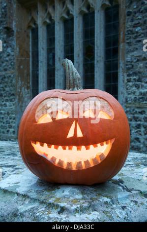 All Hallows Eve. Un Halloween Jack O' Lantern taillée dans une citrouille, ardent à la chandelle, dans un ancien Banque D'Images