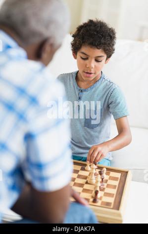 Garçon jouant aux échecs avec son grand-père