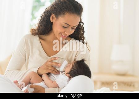 L'alimentation de la mère hispanique bébé nouveau-né Banque D'Images