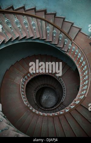 Un escalier en spirale en bois dans immeuble de Banque D'Images