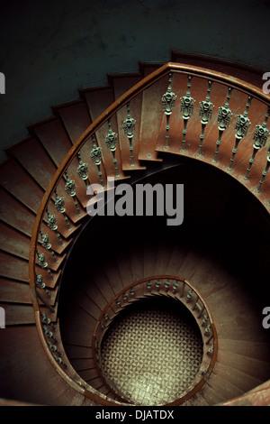Photo d'art d'un escalier en spirale en bois Banque D'Images