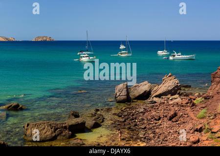 Bateaux à voile au large de la côte, Platja de Cavalleria, Minorque, Iles Baléares, Espagne Banque D'Images