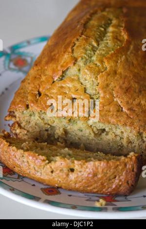 Un frais hors du four miche de pain de courgettes maison Banque D'Images