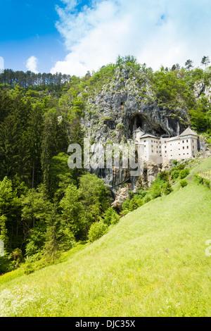 Panorama du château de Predjama falaise et montagne Banque D'Images