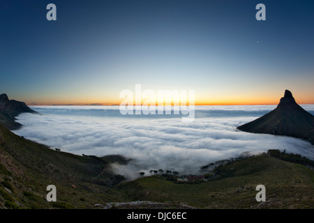 Brouillard sur Camps Bay et la côte Atlantique de la ville du Cap, Afrique du Sud. Tête de Lion est visible sur Banque D'Images