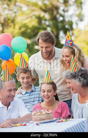 Happy Family wearing party hat tout en célébrant l'anniversaire Banque D'Images