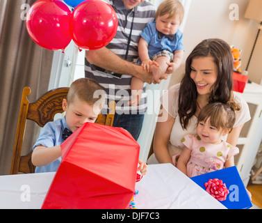 Family Birthday Boy Boîte cadeau d'ouverture