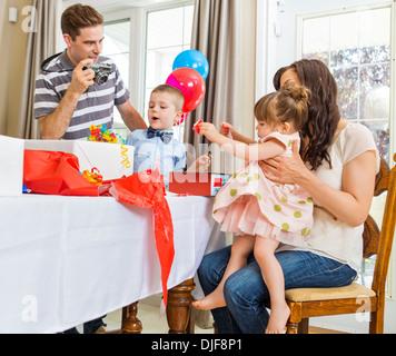 Cadeaux d'anniversaire de l'ouverture de la famille Banque D'Images