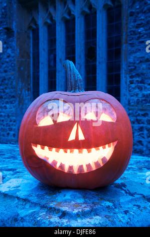 All Hallows Eve. En souriant l'Halloween Jack O' Lantern taillée dans une citrouille, ardent à la chandelle, dans Banque D'Images