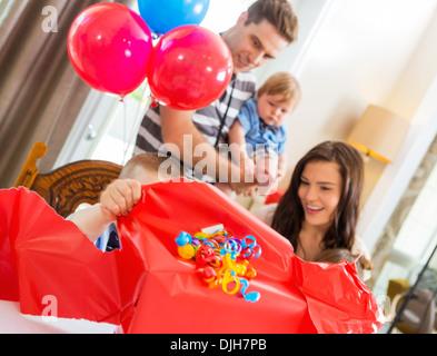 L'ouverture de boîte-cadeau anniversaire garçon Banque D'Images