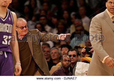 Mar 09, 2008 - Los Angeles, Californie, USA - l'acteur Jack Nicholson pointe vers Sacramento Kings coach REGGIE Banque D'Images