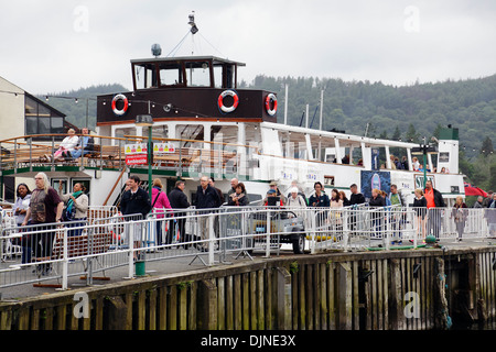 Passagers débarqués à Bowness-On-Windermere après une voile sur le lac Windermere dans le Lake District, Cumbria, Banque D'Images