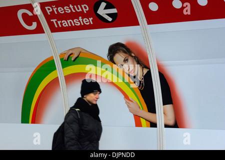Annoncer sur l'un des tunnels d'accès métro de Prague. 'Singles' wagons seulement à flirter dans le métro de Prague Banque D'Images