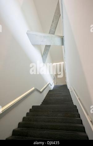Un escalier menant à la partie du Musée Juif de Berlin, Allemagne. Banque D'Images