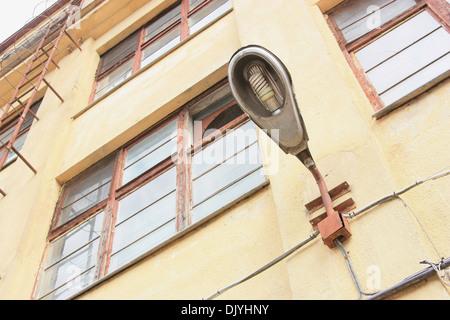 Sur le mur du bâtiment public illuminateur Banque D'Images