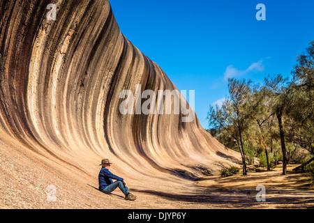 L'homme repose au fond de Wave Rock, près de Hyden, Australie occidentale Banque D'Images